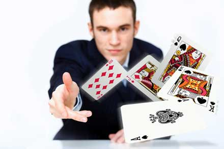 Giocatore che lancia le sue carte dopo un conteggio carte Blackjack andato male.