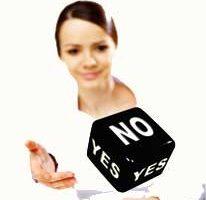 Ragazza che lancia un dado con scritte YES e NO sulle facce.