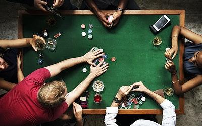 tavolo con giocatori di poker.