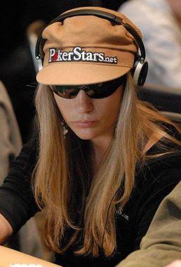 poker bluff: giovatrice con le cuffie sulle orecchie.